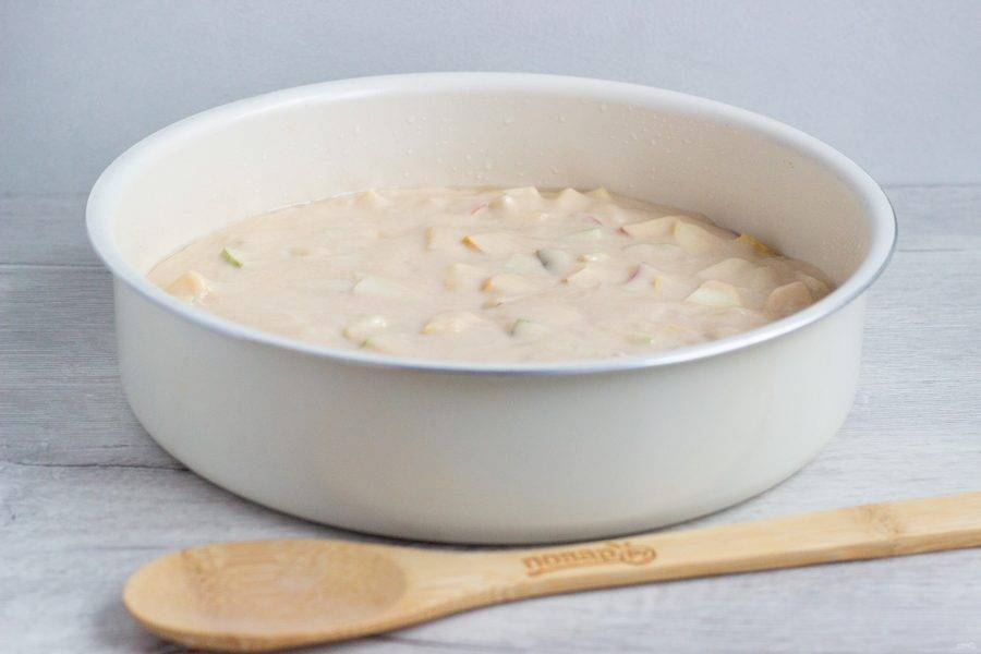Форму (26 см) смажьте растительным маслом, влейте тесто и поставьте выпекаться 50-60 минут при температуре 180 градусов.