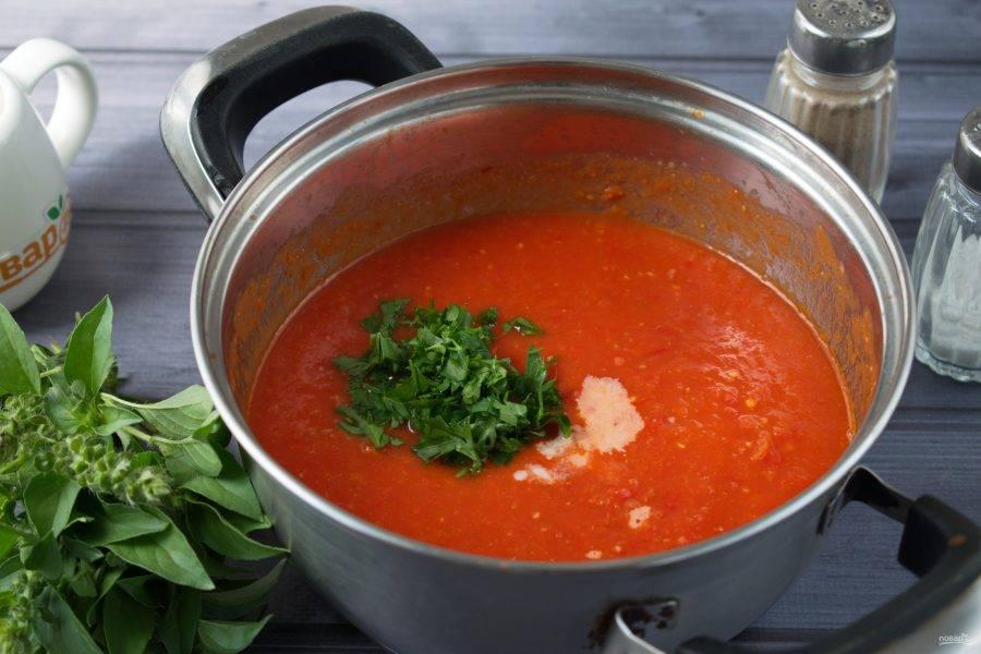 6.Перелейте томатный суп в кастрюлю, влейте сливки, рубленую зелень, пробейте блендером, доведите до кипения, варите в течение 1 минуты. Снимите с огня.