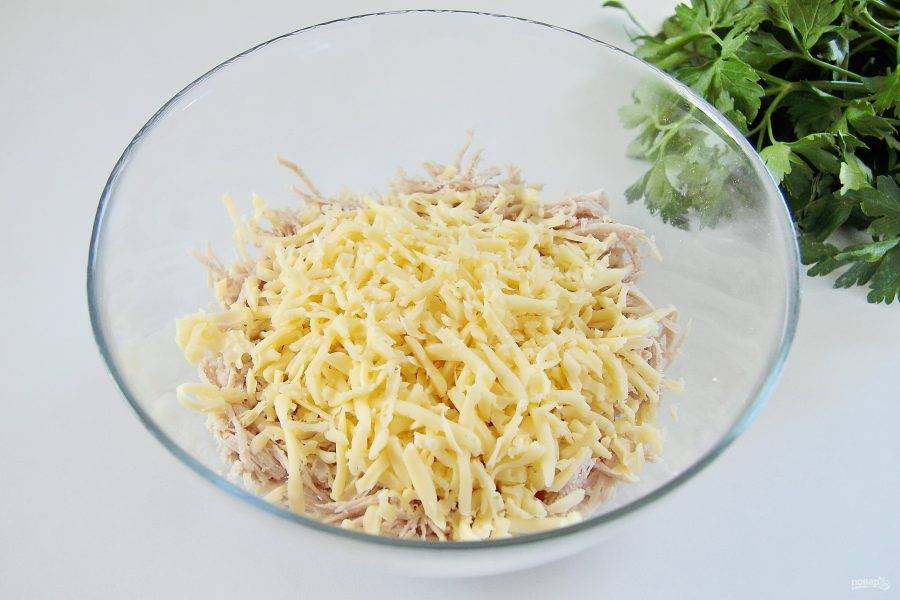 Добавьте тертый крупно сыр.