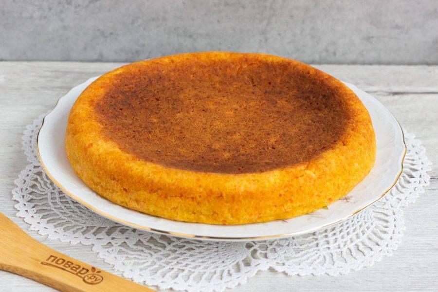 Оставьте пирог в чаще до полного остывания, затем аккуратно достаньте на блюдо. Посыпьте сахарной пудрой и подавайте к столу.