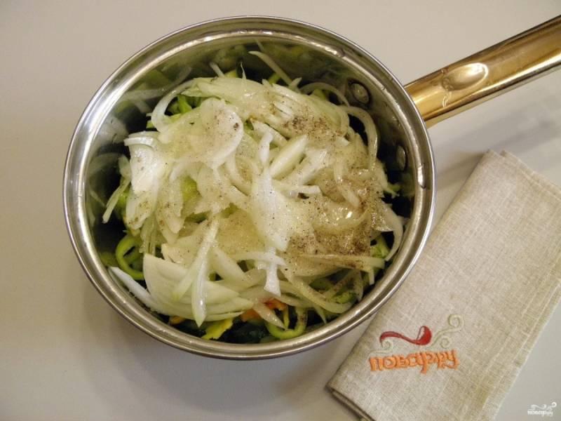 Порежьте полукольцами лук, добавьте его к остальным овощам. также всыпьте в кастрюлю соль и сахар, влейте уксус и растительное масло. Перемешайте все хорошенько и оставьте на 1-1,5 часа. Нужно, чтобы выделилось как можно больше сока из овощей.