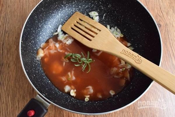 Лук, чеснок измельчите и пассеруйте до мягкости, залейте томатным пюре, добавьте розмарин (или базилик), готовьте в течение 10 минут.