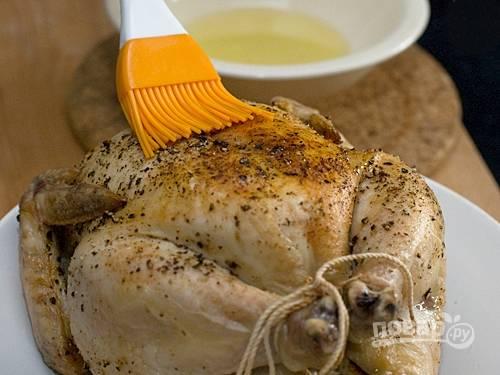 6. Смажьте цыпленка маслом и запекайте в духовке еще 20 минут.