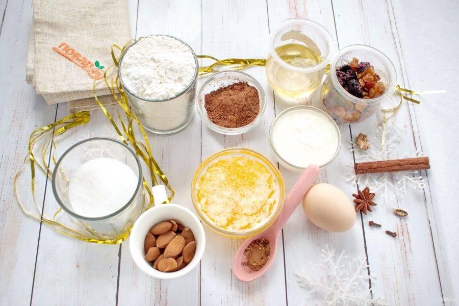 Подготовьте необходимые ингредиенты. Сухофрукты замочите в горячей воде на 10 минут и слейте воду. Орехи измельчите в крупную крошку.