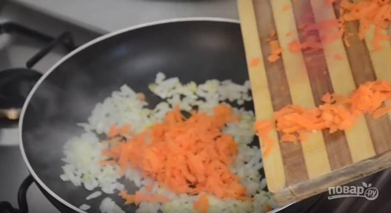 1.В кастрюлю налейте бульон, отправьте ее на огонь, доведите до кипения. Очистите картошку и нарежьте её кусочками. Выложите в кипящий бульон. Очистите лук и морковь, измельчите лук ножом, а морковь на терке, затем обжарьте овощи на сковороде.