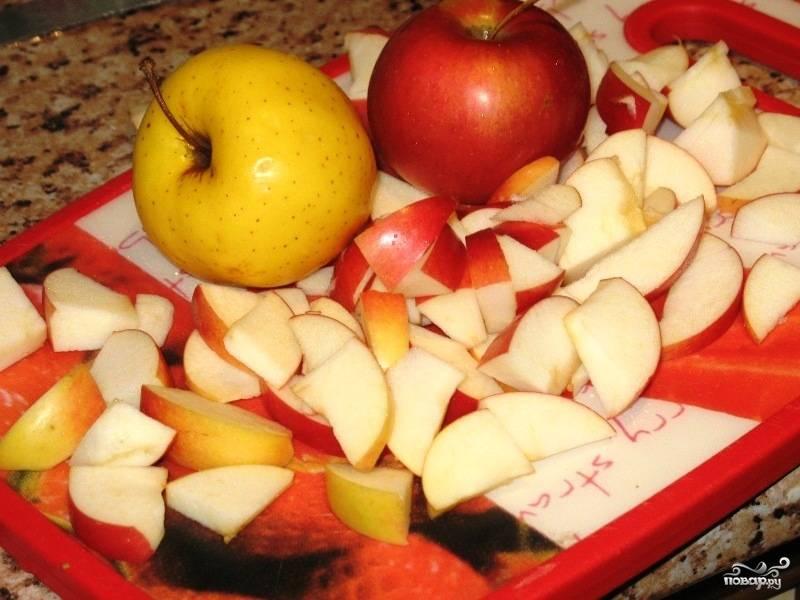Яблоки нарезаем на дольки произвольного размера.