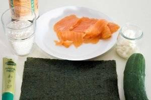 Для приготовления роллов с лососем вам понадобятся рис - лучше для суши, копчёный лосось, огурец, майонез, соевый соус, водоросли нори и васаби.