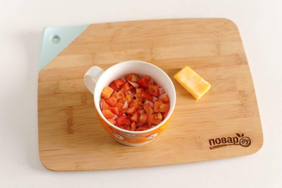 Выложите начинку. У меня нарезанная кубиками колбаса и помидоры.