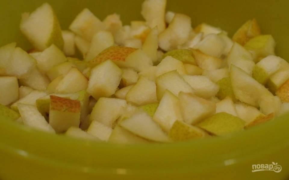 4.Вымойте груши, разрежьте пополам и удалите семена. Нарежьте небольшими кубиками.