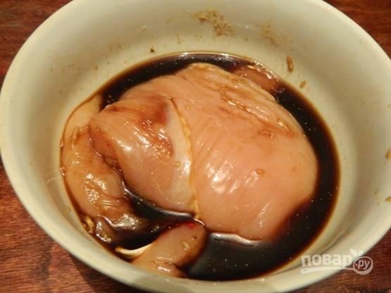 Первым делом замаринуем куриное филе в смеси соевого соуса и тертого чеснока.