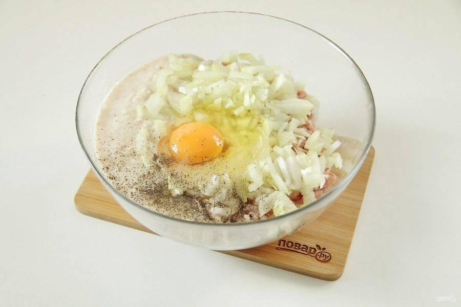 Отожмите хлеб, пропустите через мясорубку и добавьте к фаршу. Добавьте сюда же нарезанный мелкими кубиками лук, яйцо, соль и перец по вкусу.