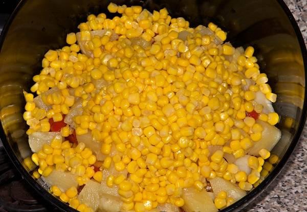 5. Добавить консервированную кукурузу, предварительно слив с нее жидкость.
