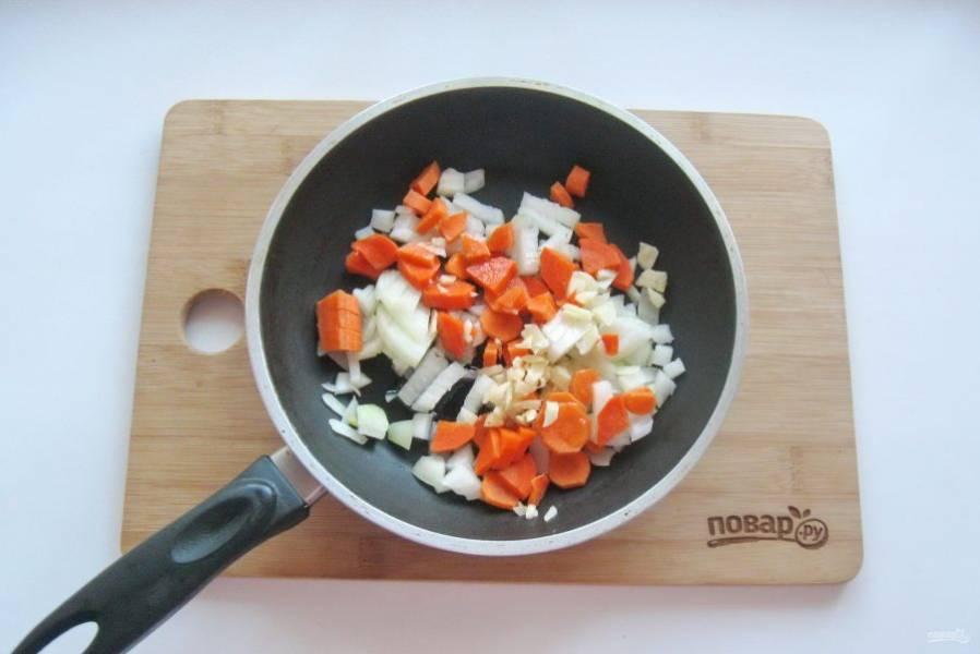 Морковь, лук и чеснок очистите и помойте. Нарежьте мелко и выложите в сковороду.