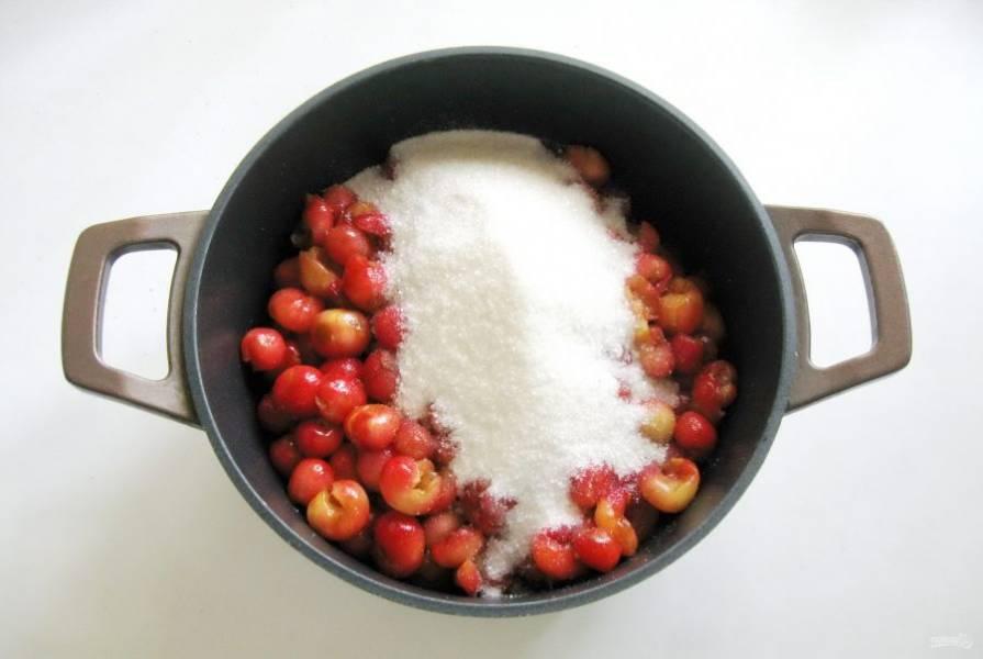 Всыпьте сахар. Если ваша черешня сразу не пустит сок, то нужно сварить сироп из сахара и воды. На 1 кг сахара достаточно одного стакана воды.