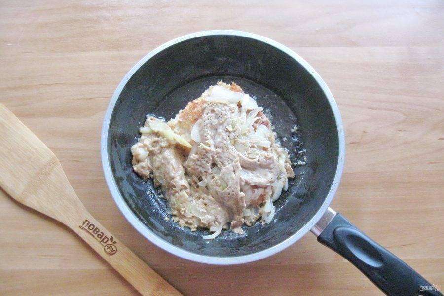 Залейте смесью яйца и соевого соуса. Накройте крышкой и готовьте, как обычный омлет.