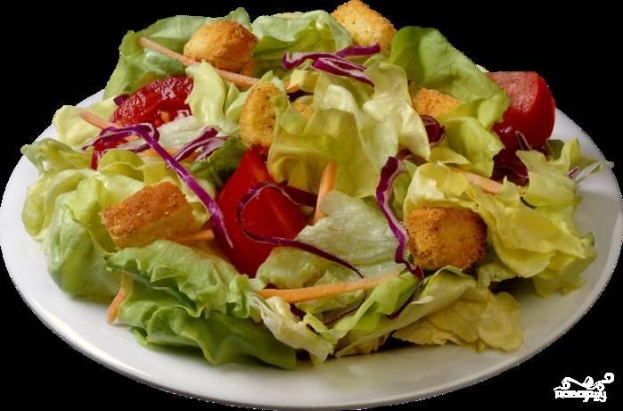Выложим на салат крутоны и кусочки перца. Польем оставшимся соусом и посыплем тертым пармезаном. При жалении украсим дольками помидоров. Салат готов - приятного аппетита!