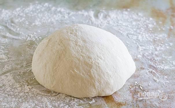 7.Теперь растягивайте тесто из стороны в сторону, каждый раз возвращая его в единый ком.