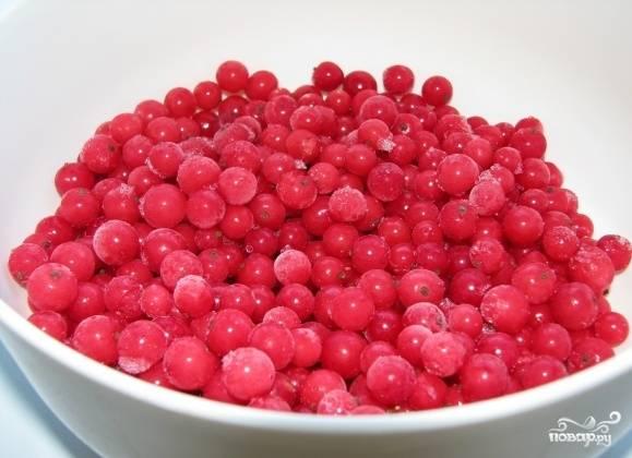 1. Готовить морсы можно из любых ягод, даже из замороженных. Сегодня предлагаю приготовить морс из замороженной смородины (красной). Итак, берем ягоды и даем немного постоять при комнатной температуре.