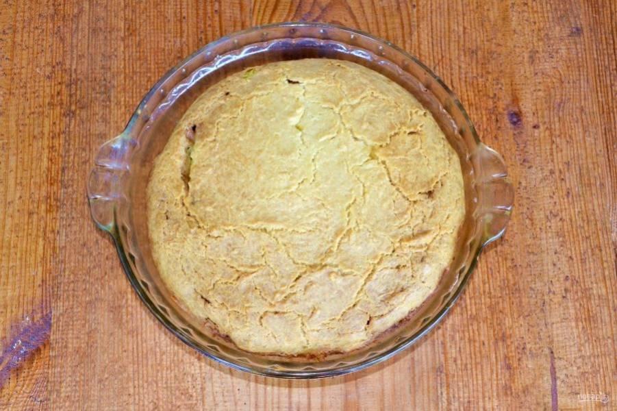 Выпекайте пирог с картошкой и луком около 35-40 минут до готовности и румяности.