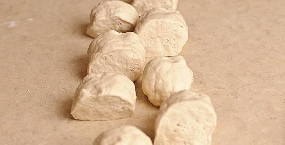 Из теста формируем продолговатую колбаску, нарезаем ее на 8 частей.