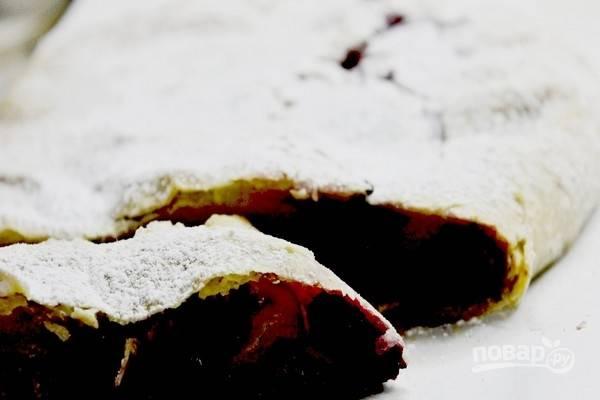 Выложите рулет на противень с пекарской бумагой и выпекайте вишневый штрудель 20–30 минут при температуре 200 градусов. Готовую выпечку остудите и посыпьте просеянной сахарной пудрой.