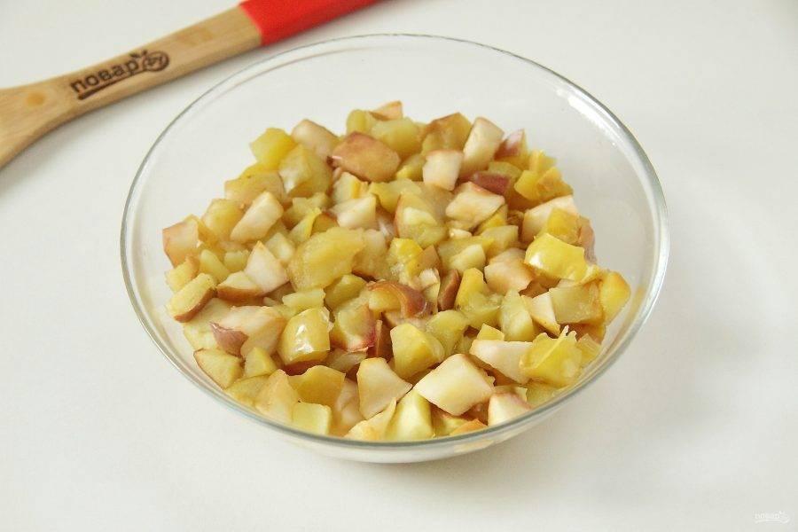 Запеките яблоки в микроволновой печи до мягкости. В зависимости от сорта яблок и мощности микроволновки может уйти от 4 до 8 минут. Один-два раза яблоки необходимо в процессе перемешать.