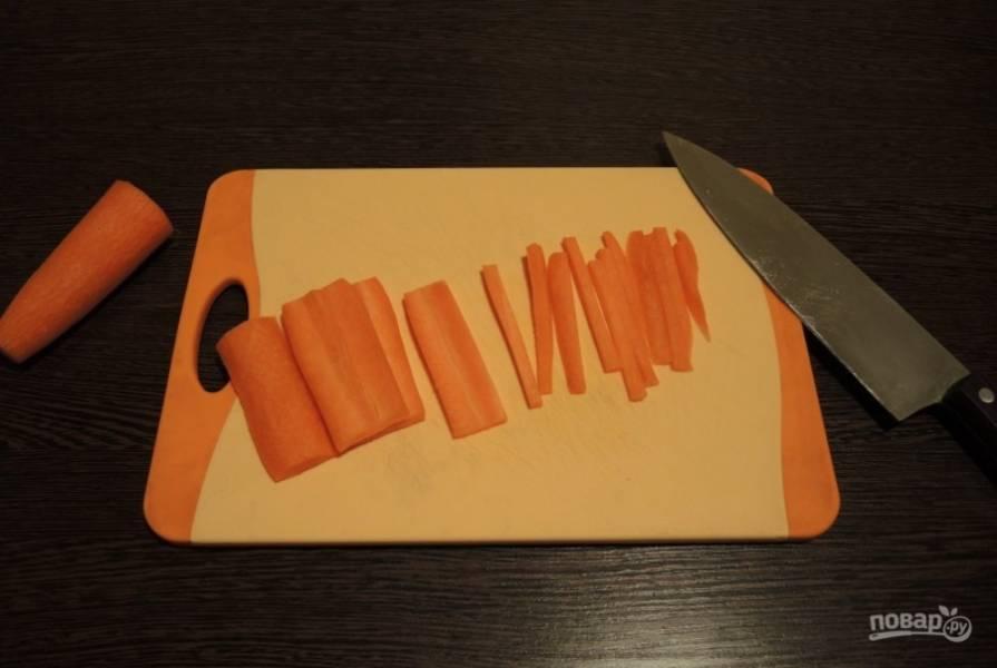 Морковь почистите, промойте и нарежьте соломкой в 3-5 мм толщиной.