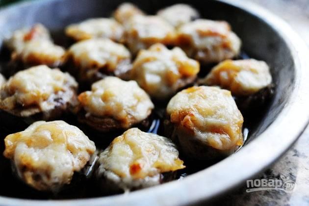 8. Присыпьте грибочки сыром и отправьте в разогретую до 200 градусов духовку на 15-20 минут. Приятного аппетита!