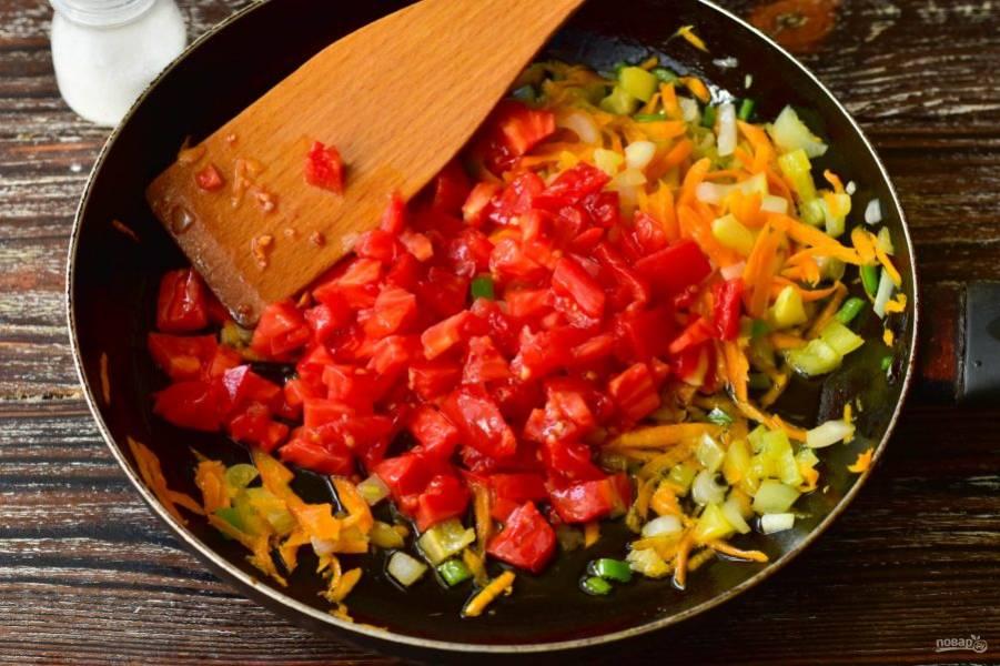 В сковороду налейте масло, выложите нарезанные овощи.