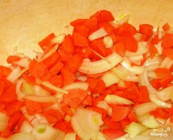 Чистим и нарезаем лук и морковь. Морковь можно нарезать кубиками, колечками - как вам нравится, лук - кусочками среднего размера.
