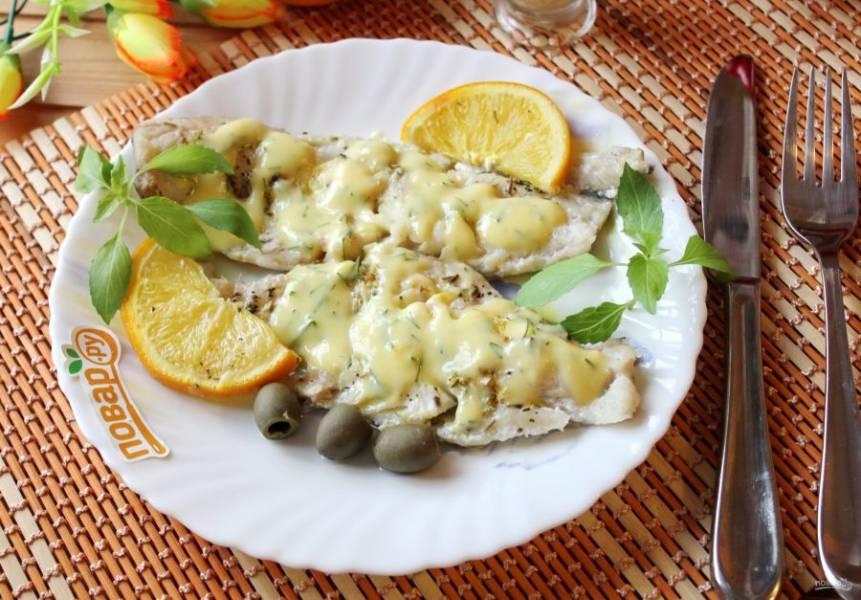 Рыбу достаньте из рукава, выложите на тарелку и полейте апельсиновым соусом.