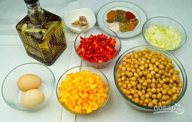 1. Нут отварите в подсоленной воде до готовности. Очистите овощи и измельчите. Обжарьте в небольшом количестве масла лук с чесноком и специями. Отдельно до мягкости обжарьте сладкий перец.
