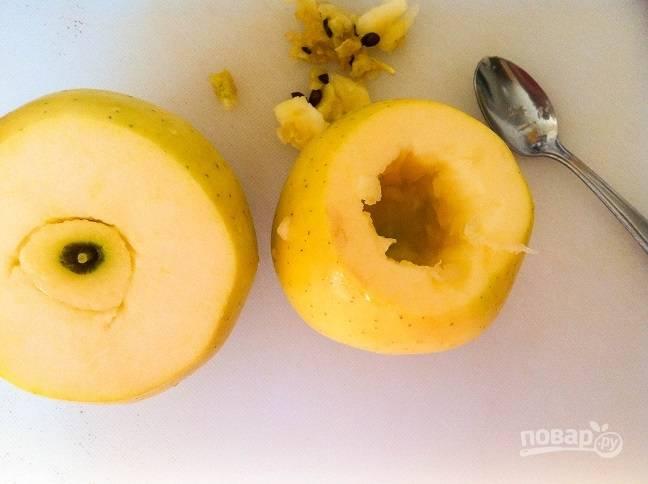1. Из яблок удалите сердцевину, срезав верхнюю часть.