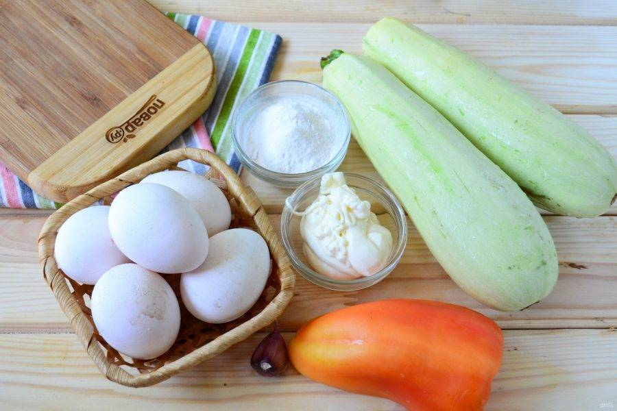 Подготовьте все необходимые ингредиенты. Все овощи хорошенько промойте под проточной водой, с кабачков при необходимости снимите кожуру.