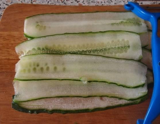 Филе рыбы нарежьте ломтиками, а огурец нарежьте с помощью чистки для овощей вдоль.