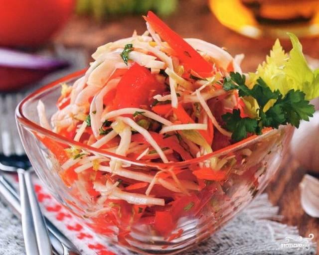 Все ингредиенты переложить в салатник, полить заправкой и перемешать. Охладить и подавать на стол. Приятного аппетита!