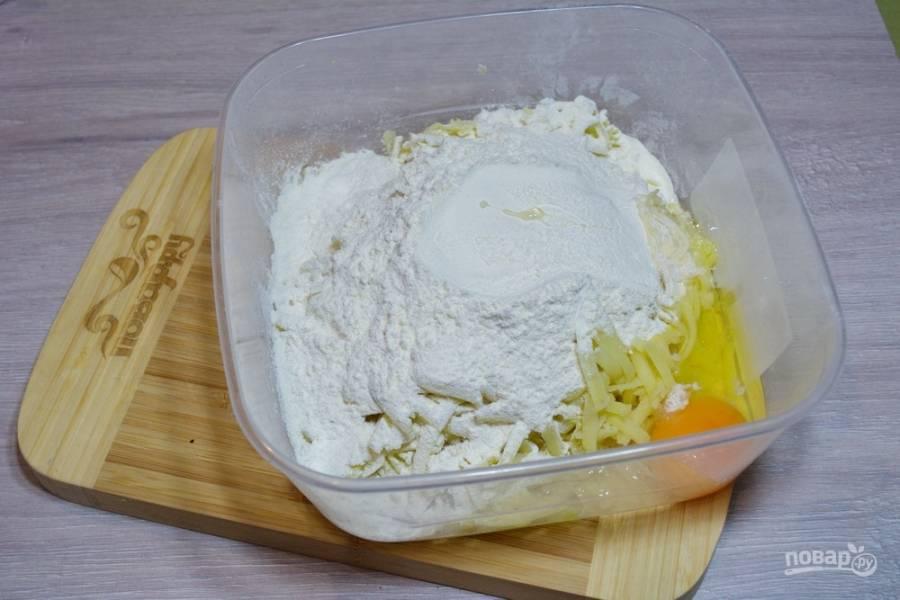 К картофелю добавьте 1-2 яйца, 4-5 ст. ложек муки, чайную ложку соли и черный молотый перец по вкусу.
