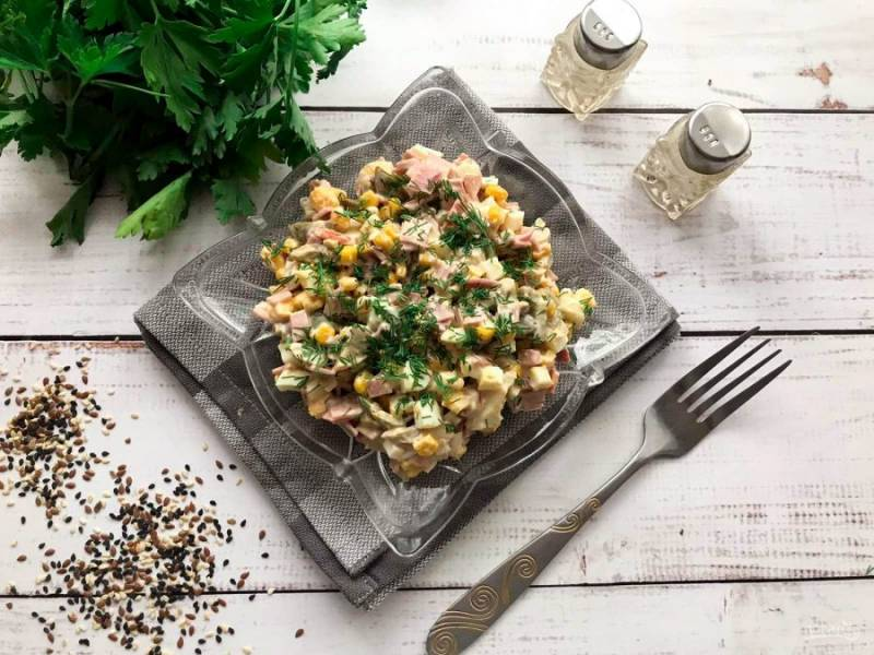 Салат с ветчиной, шампиньонами и кукурузой готов. Приятного аппетита!