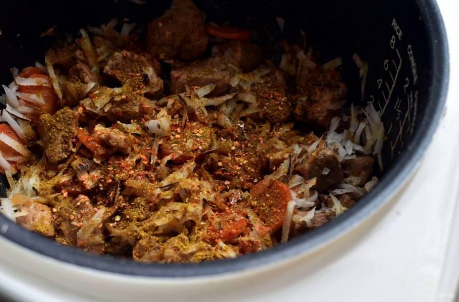 Вода в мясе практически выкипела. Добавьте к мясу порошок карри, хлопья чили, посолите по вкусу. Добавьте немного коричневого сахара и тертую мякоть кокоса.