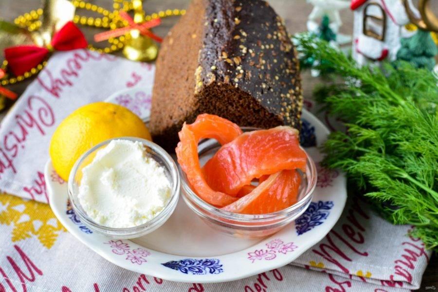 Подготовьте ингредиенты для приготовления бутербродов с красной рыбой и лимоном.