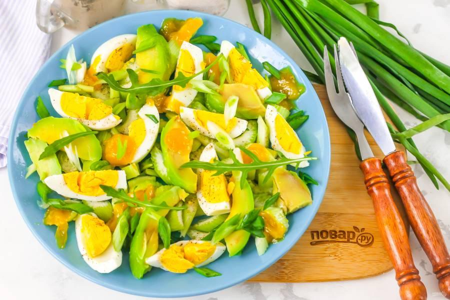 Салат из авокадо и сельдерея