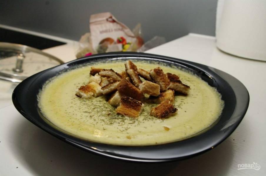 7. Подается суп-пюре из брокколи в горячем виде. Я всегда добавляю гренки, так и сытнее, и вкуснее.