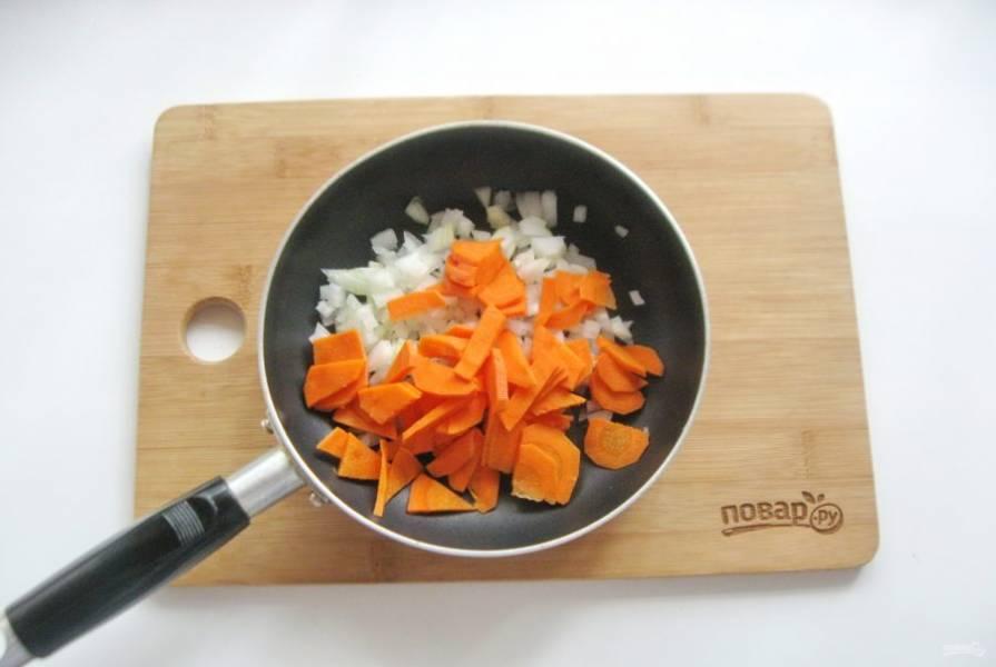 Морковь очистите, помойте и нарежьте произвольно. Можно натереть на терке. Добавьте к луку. Налейте рафинированное подсолнечное масло и слегка поджарьте овощи на среднем огне в течение 7-8 минут.
