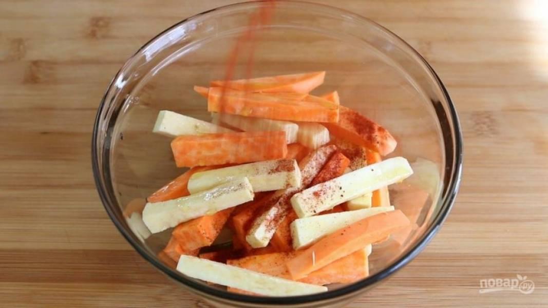 1. Для начала почистите, помойте и нарежьте толстой соломкой картофель. Перемешайте его с паприкой и уксусом.