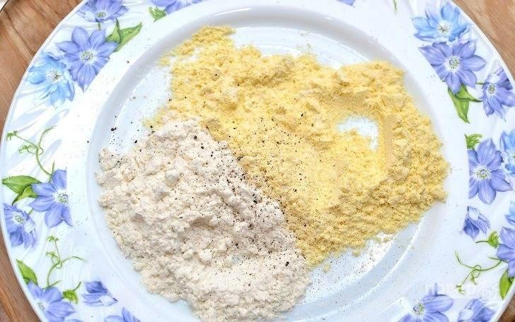 В неглубокой тарелке смешайте два вида муки, соль и перец.
