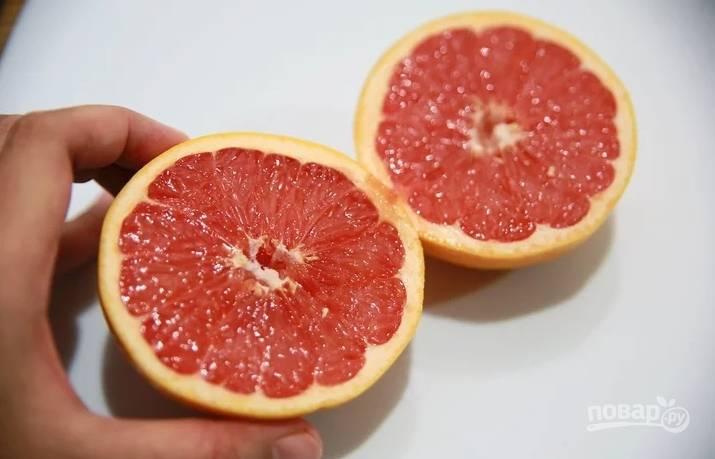 Разогрейте гриль, мангал или сковороду-гриль. Хорошенько вымойте грейпфрут, обсушите и разрежьте на половики. Срежьте выпуклую часть кожуры, чтоб половинки хорошо стояли на плоскости.
