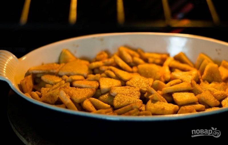 Готовьте яблоки в духовке при 200 градусах в течение 45-50 минут.