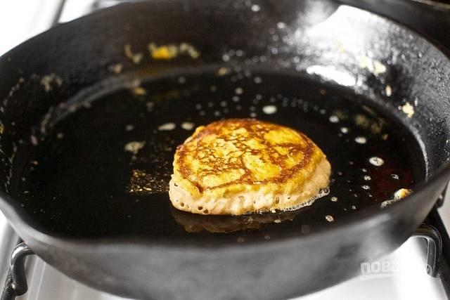 5. На сковороде разогрейте растительное и немного сливочного масла. Ложкой выкладывайте тесто и жарьте оладьи на среднем огне с двух сторон до румяности.