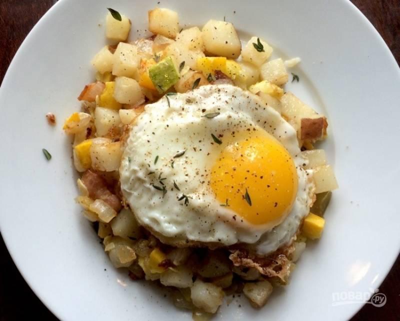 Овощи с жареным яйцом