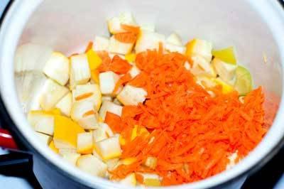 Кабачок нарезаем на небольшие кубики, морковь натираем на терке. Наливаем в кастрюлю для супа растительное масло и на маленьком огне протушим кабачок с морковкой.